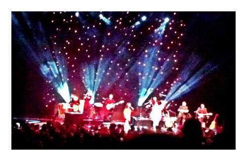 Sicht auf Bühne mit Musikern und Nana Mouskouri