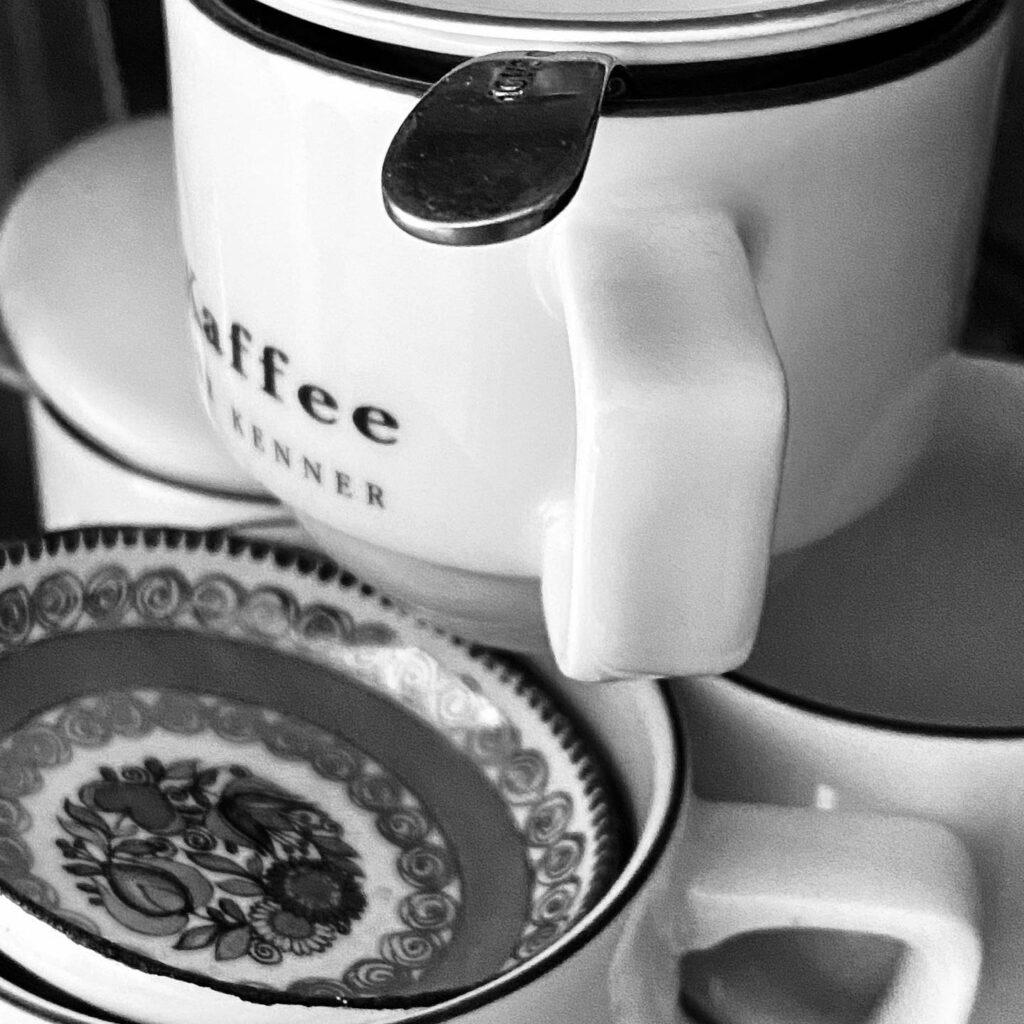 Kaffeehäferl und Untertassen aufeinander gestapelt