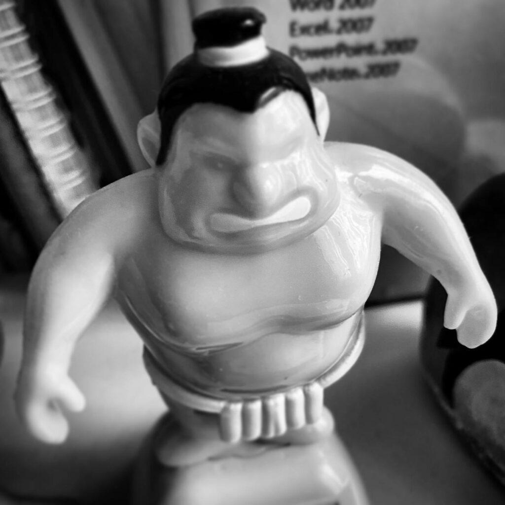 Grimmig dreinschauende Sumo Ringer Figur aus Plastik