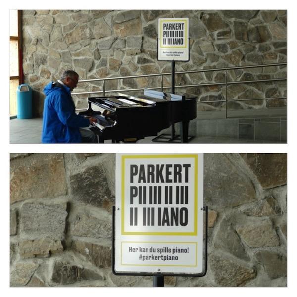 """Mann spielt auf einem Klavier. Dahinter eine Tafel """"Parket Piano"""" #parkertpiano"""