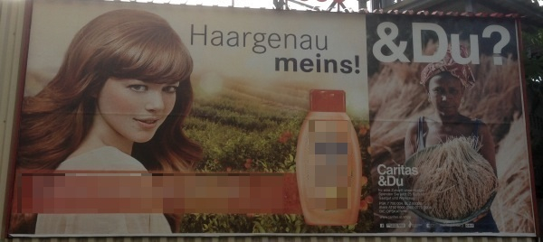 """Plakatwand. Ein Plakat mit junger Frau, Flasche Haarshampoo und Text """"Haargenau meins"""", anderes Plakat """"& Du?"""" mit Frau und einem Bündel Getreide."""