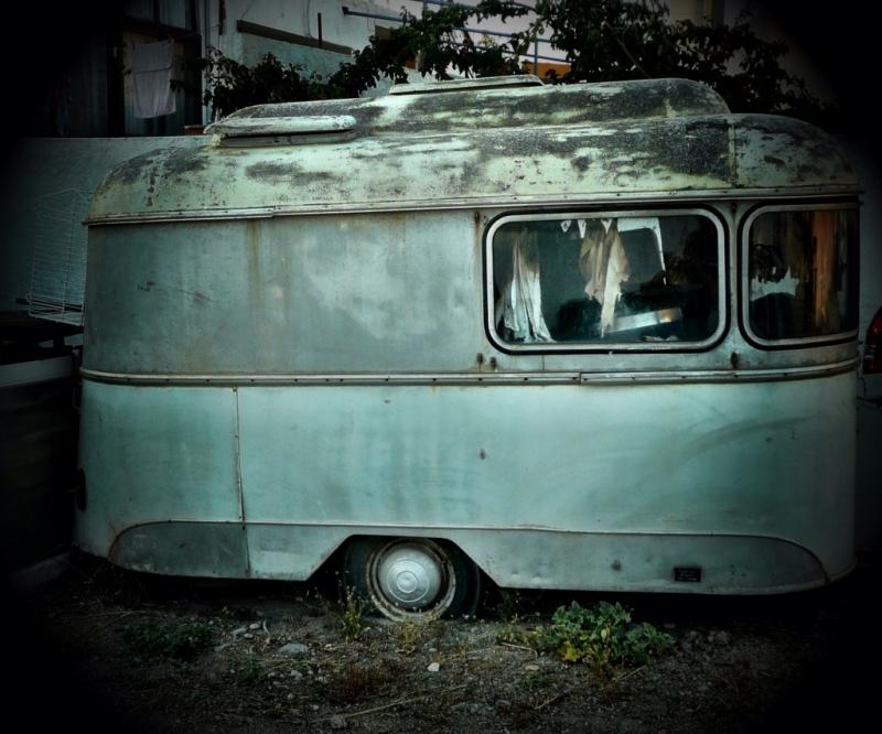 Alter, verrosteter, einachsiger Wohnwagen