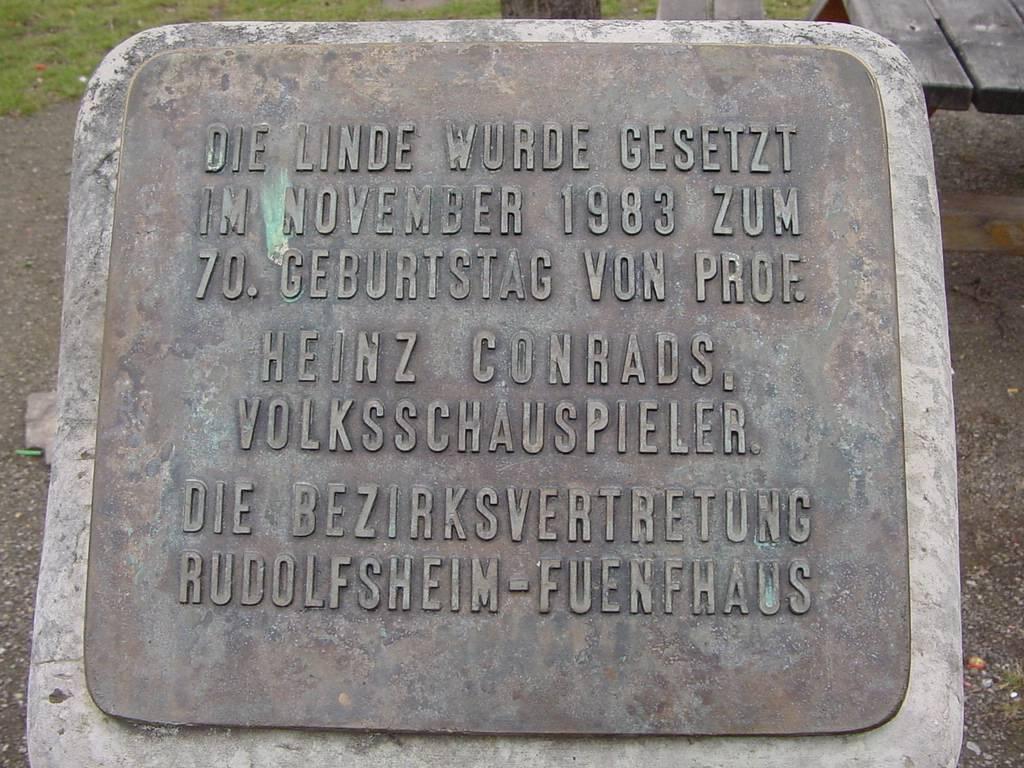 """Plakette mit Aufschrift """"Die Linde wurde gesetzt um November 1983 zum 70. Geburtstag von Prof. Heinz Conrads, Volksschauspieler. Die Bezirksvertretung Rudolfsheim-Fünfhaus"""""""
