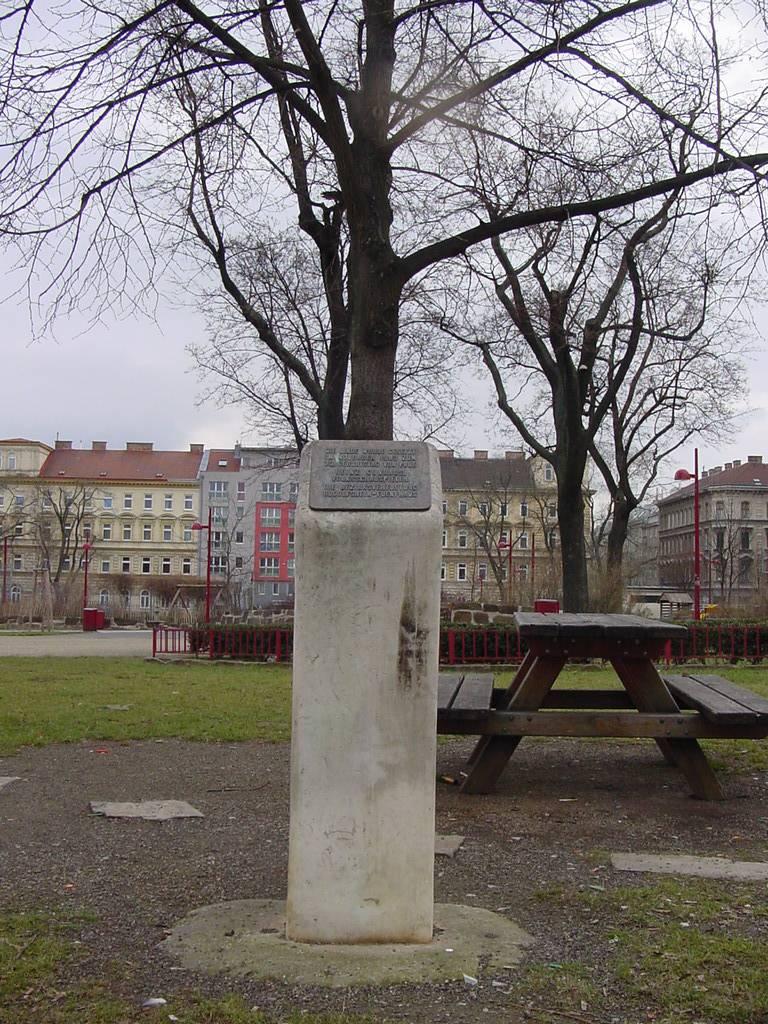 Linde davon Kolumne mit Aufschrift und eine Parkbank