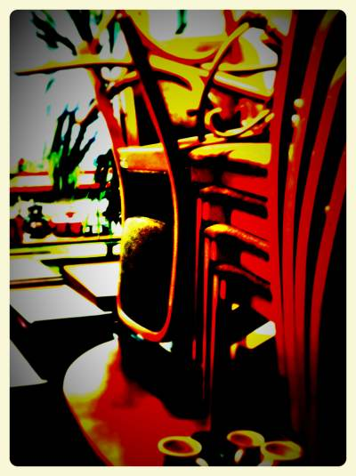 Gestapelte Sessel auf einem Tisch