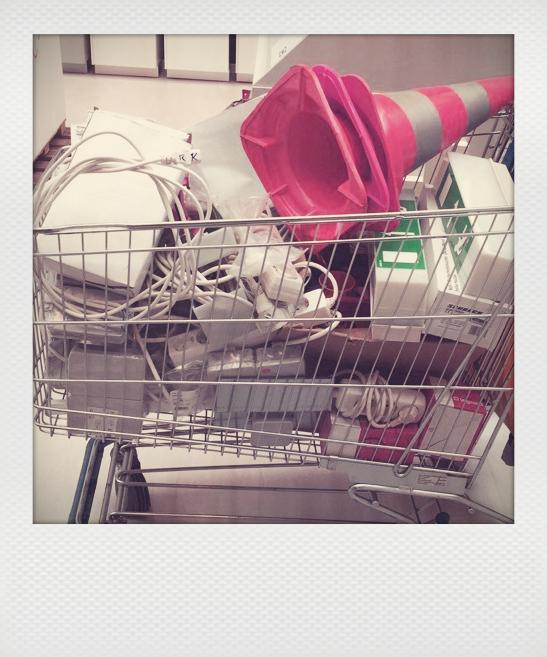 Einkaufswagen voll mit technischen Geräten und anderen Dingen