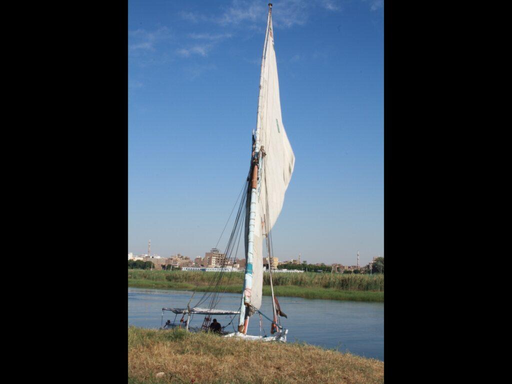 Segelboot auf einem Fluss