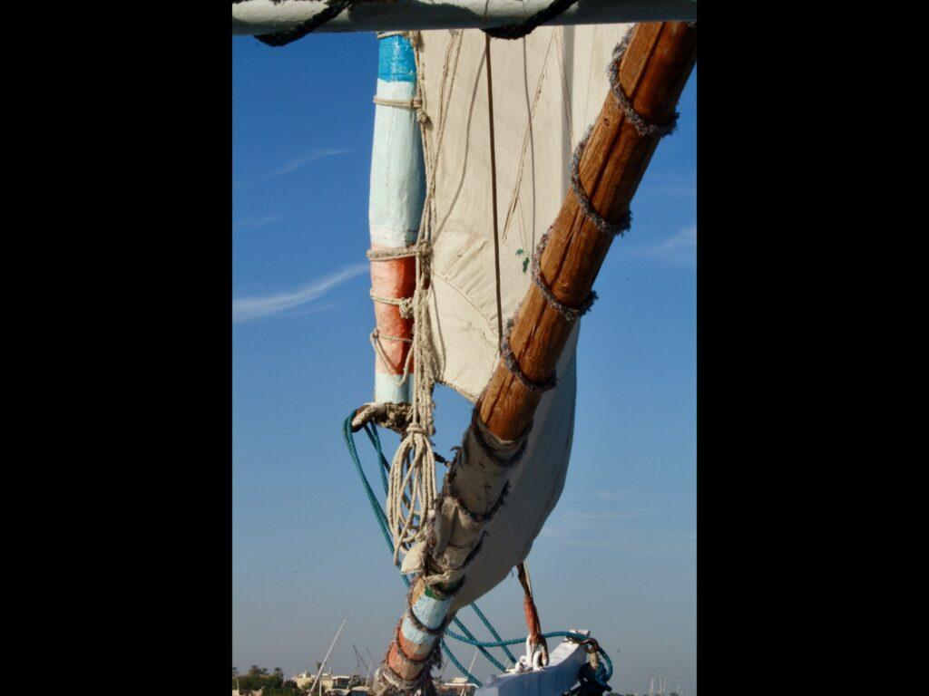 Segel und Mast auf einem kleinen Boot