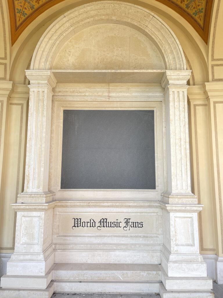 """Mausoleum mit Aufschrift """"World Music Fans"""""""